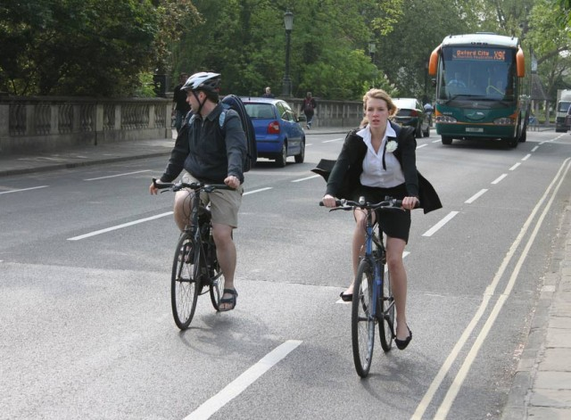 cyclist-turning-right-bus-behind